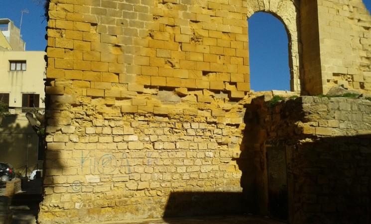 Arco normanno, la vernice è ancora lì