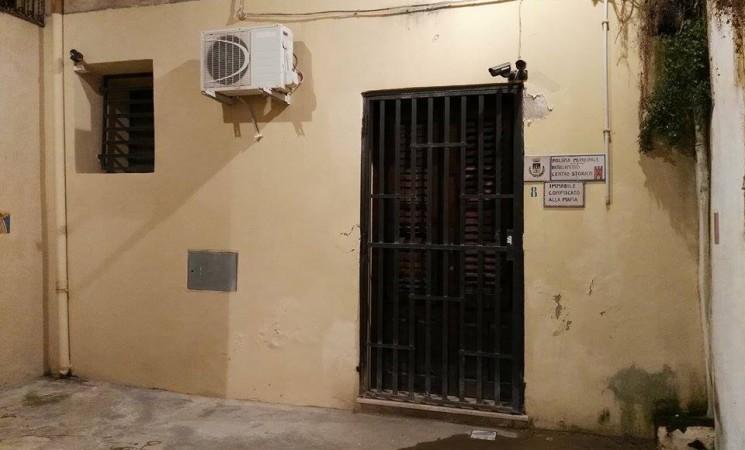 Chiuso da cinque anni il distaccamento della Polizia municipale al Cortile Regina (centro storico)