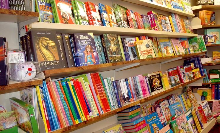 Mille libri da regalare ai bambini di San Cristoforo, la nuova missione di Atlas