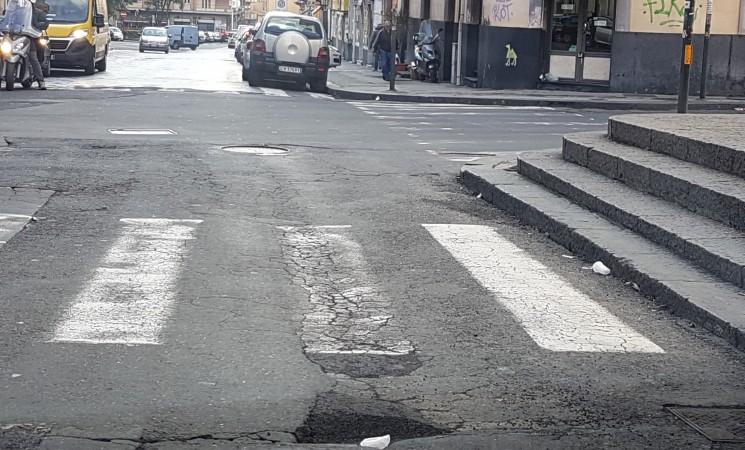 """Buche nelle strade catanesi, """"cerchiamo di stare con le ruote per terra"""""""