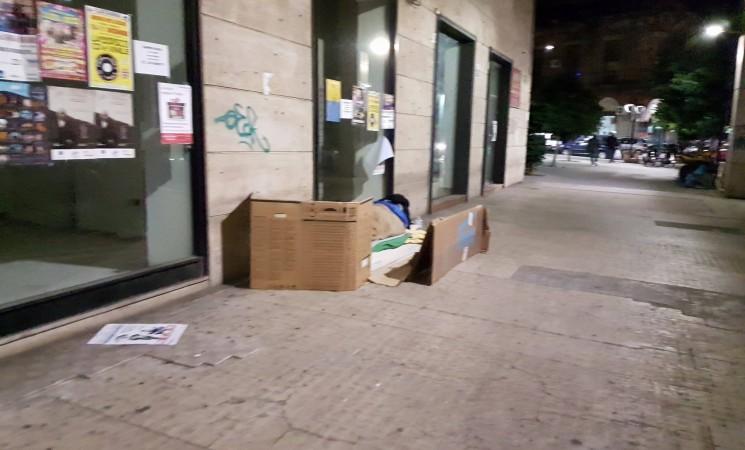 Clochard a Catania tra scatoloni e indifferenza