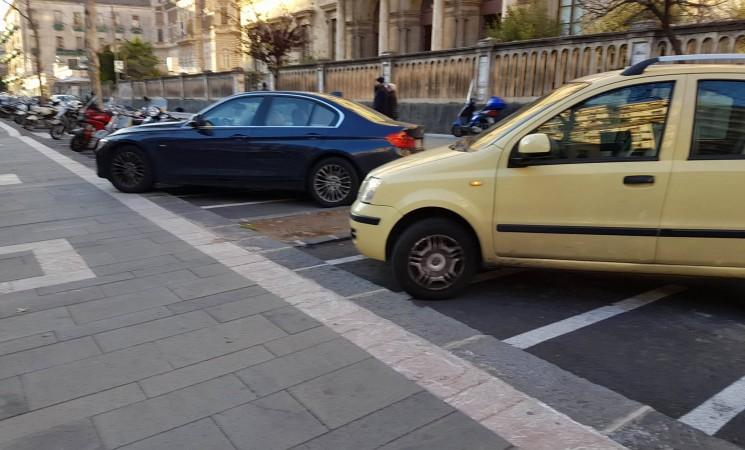 Sulle strisce pedonali e sui marciapiedi, parcheggio selvaggio filosofia di vita