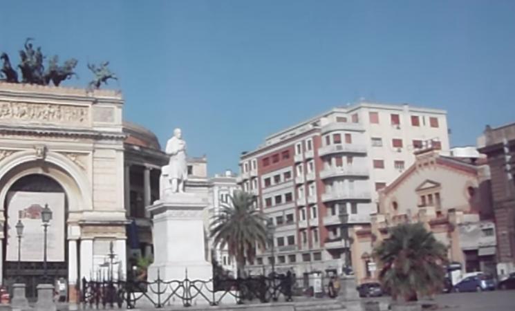 Palermo, aree pedonali: barriere antisfondamento con piante e graffiti