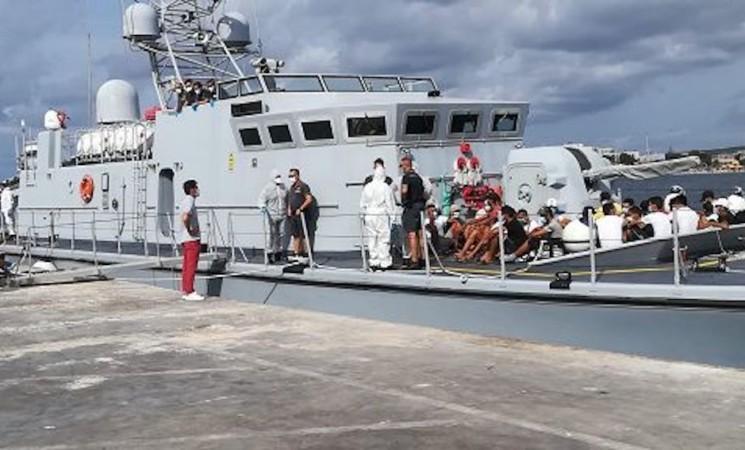 Migranti, Lampedusa, via al trasbordo sulla nave quarantena