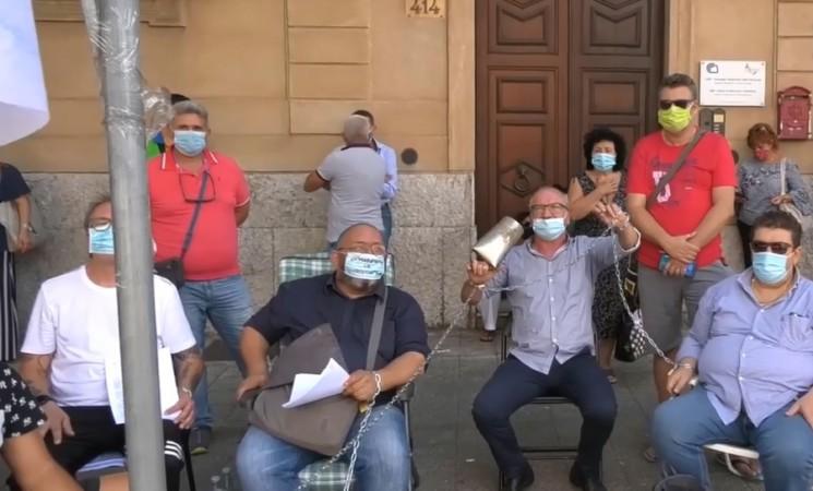 Formazione professionale, i licenziati si incatenano per protesta a Palermo
