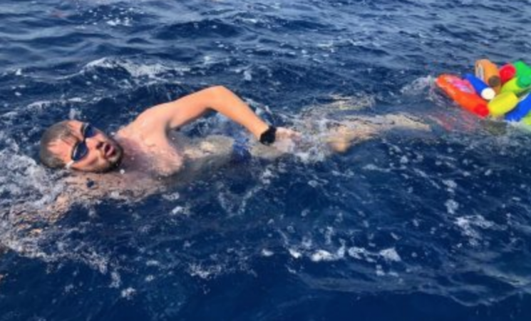 Attraversa lo Stretto a nuoto legato alla plastica, il fardello dell'umanità