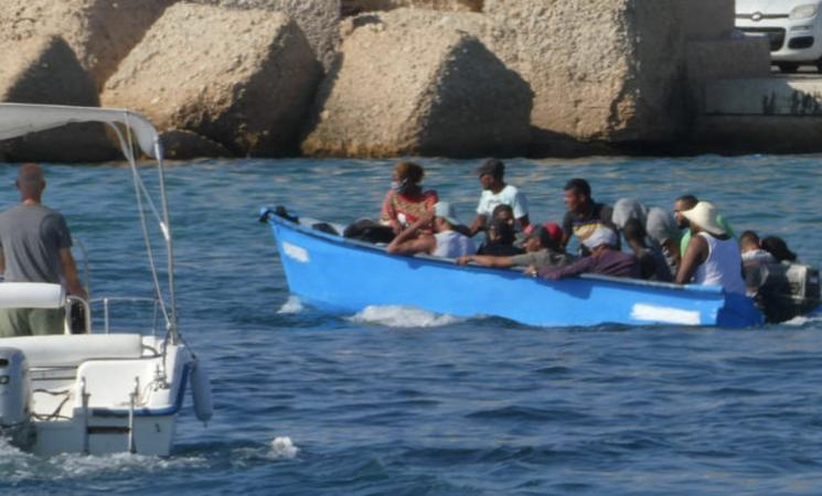 Migranti: 14 soccorsi a Lampedusa da vigili del fuoco