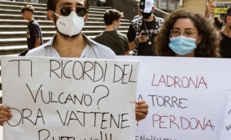 Campania, Salvini a Torre del Greco cacciato a colpi di pomodoro