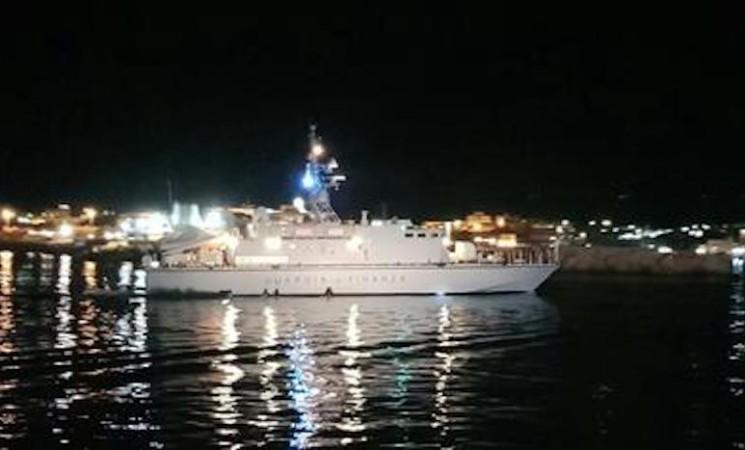 Migranti: barca si ribalta a Lampedusa, 31 salvati