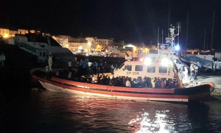 Migranti, quattrocento in poche ore a Lampedusa