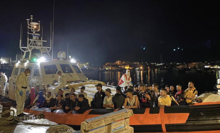 Migranti, ieri cinque sbarchi, l'hotspot di Lampedusa scoppia