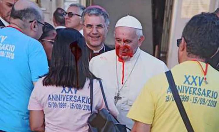Imbrattate a Palermo foto del Papa e fratello padre Puglisi