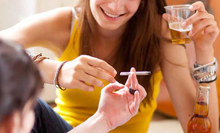 """Adolescenti, il nuovo modello è il """"policonsumo"""" di alcol, droga e farmaci"""
