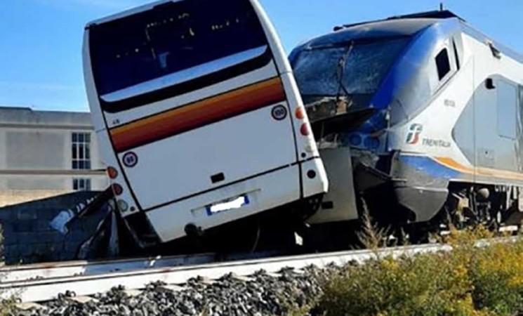 Vittoria, bus attraversa le rotaie e viene travolto da un treno, nessun ferito