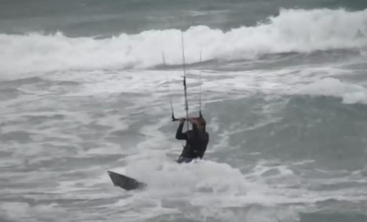 Kitesurf con il mare in tempesta, due feriti a Pozzallo, nell'ibleo