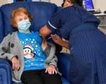 Vaccino Gb, si parte: prima dose Pfizer a una 90enne