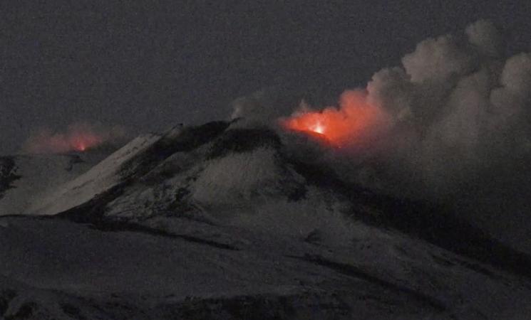 Etna, il vulcano di Catania continua a dar spettacolo