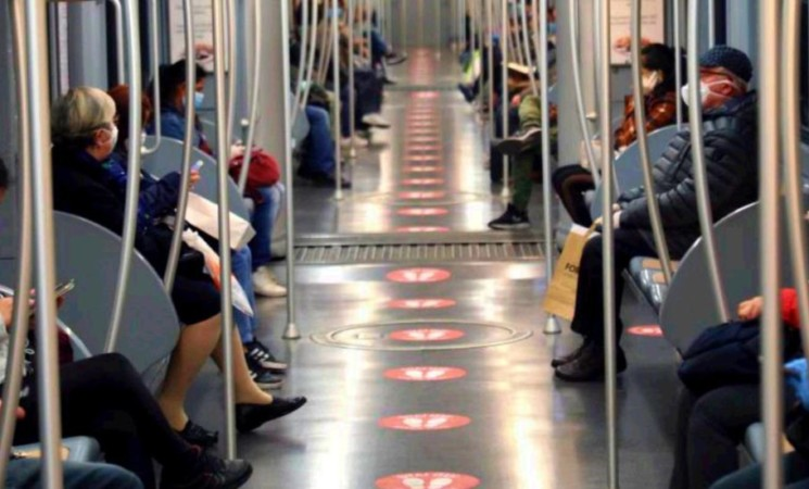 Francia, stop alle telefonate in metro e bus: parlando si diffonde il Covid-19