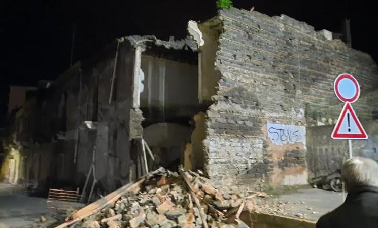 Cibali, crollati parti di edifici dismessi, in via Volturno. Nessun danno a persone o cose.