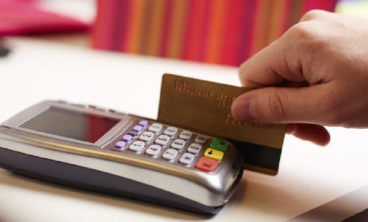 Carte di credito, nel 2021 costeranno il 21% in meno perché le usiamo di più