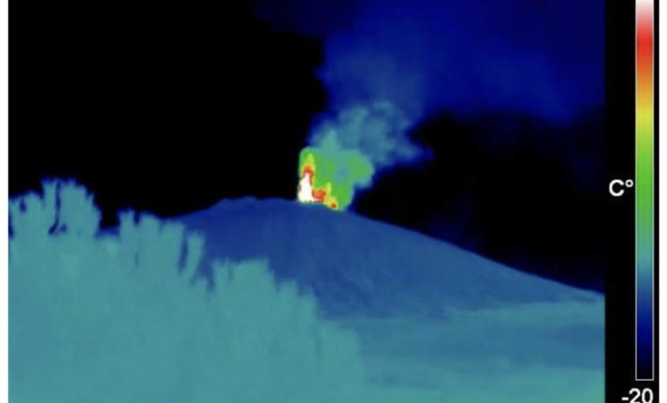 Etna, eruzione, nuovo trabocco lavico dal cratere di Sud est