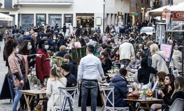 Istat, il 93,2% degli italiani usa sempre la mascherina all'aperto
