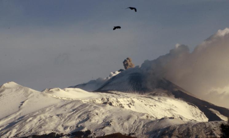 """Etna, il vulcano """"in ricarica"""" verso un nuovo parossismo"""