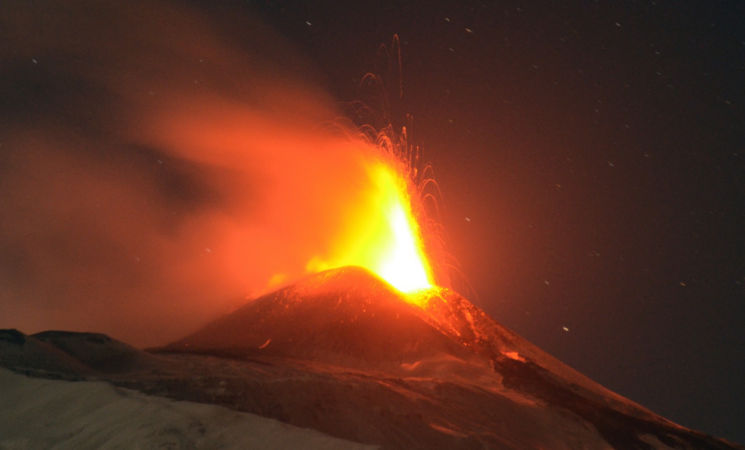 Etna, nuova eruzione, fontane di lava e cenere su Catania