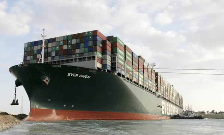 Suez,  la nave portacontainer che ha bloccato il Canale comincia a muoversi