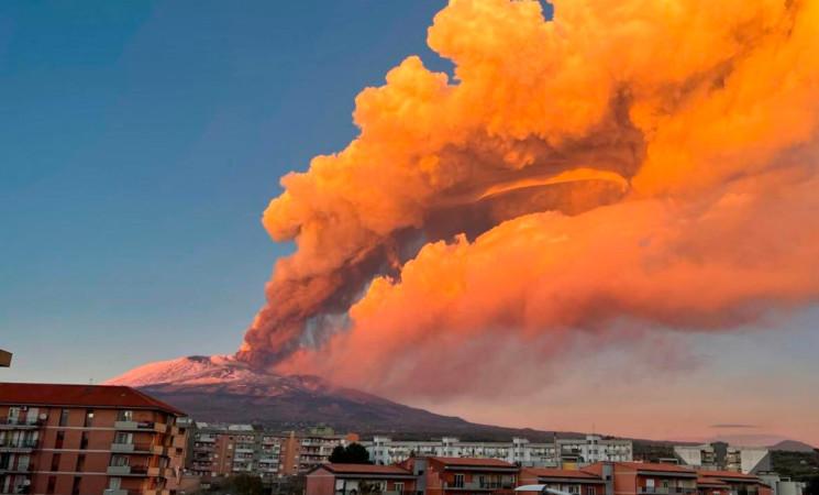 Etna, un'altra notte di fuoco, tra boati e fontane di lava