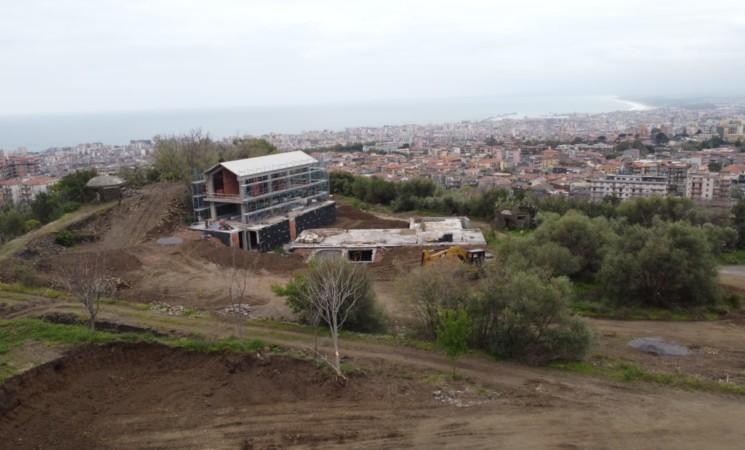 Catania, Timpa di Leucatia, cemento nell'area naturalistica