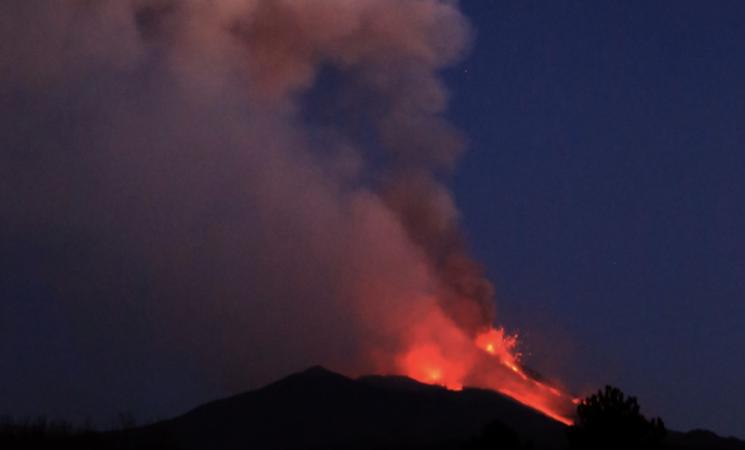 Etna, nuovo parossismo, con fontane di lava e cenere