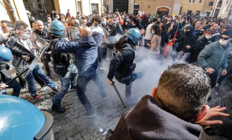 L'estrema destra soffia sul fuoco, tra campagne web e violenze di piazza