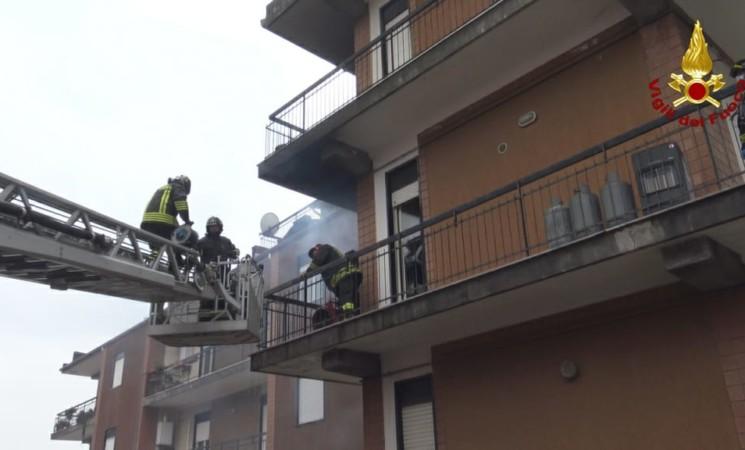 Incendi, in salvo con l'autoscala dei Vigili del fuoco