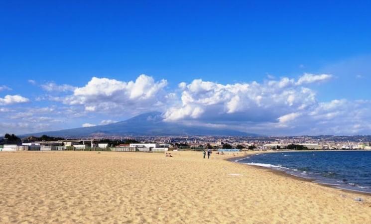 Catania, le acque industriali finiscono nel mare della Plaia