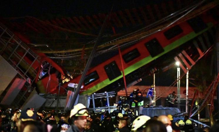 Messico, crolla un ponte al passaggio della metro, è strage