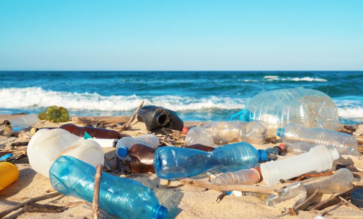 20 società responsabili del 55% di plastica monouso