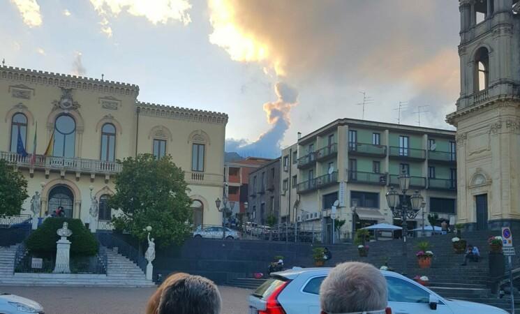 """L'Etna continua il suo """"spettacolo"""", fontana di lava e nube"""
