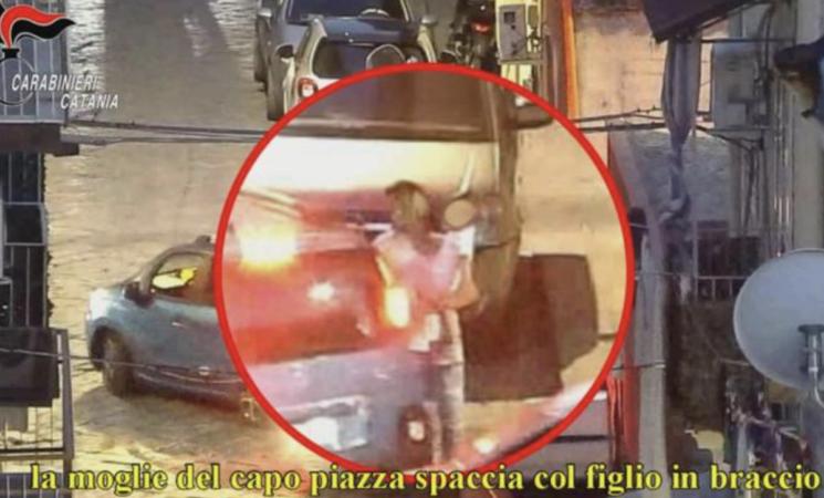 Droga a San Cristoforo, moglie del boss spacciava col figlio in braccio