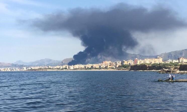 Incendio a Palermo, alta nube di fume, paura e autostrada chiusa