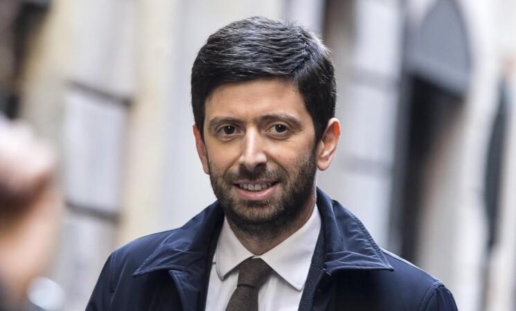 Covid, Speranza, prima dose a tutti gli italiani entro l'estate