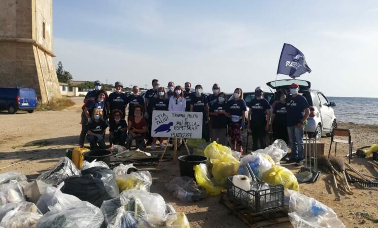 Trapani, i volontari di Plasticfree a lavoro sui litorali
