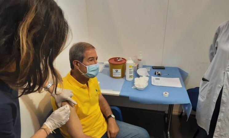Catania, Musumeci si vaccina per seconda dose con AstraZeneca