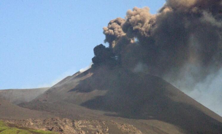 Etna ancora in eruzione, chiuso l'aeroporto di Catania