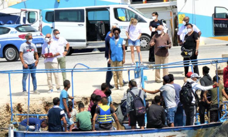 Migranti: resti umani a Cala Pulcino a Lampedusa