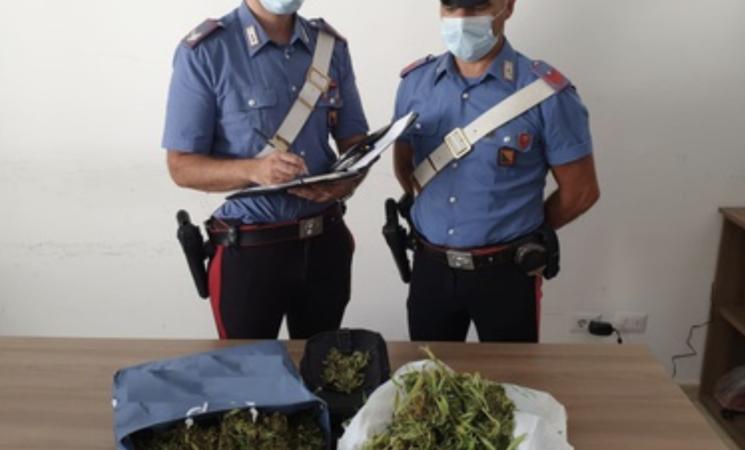Siracusa, cammina per strada con sacchi di marijuana: arrestato
