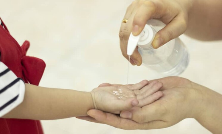 Covid, tamponi o quarantena per i bimbi in viaggio? Ecco le regole