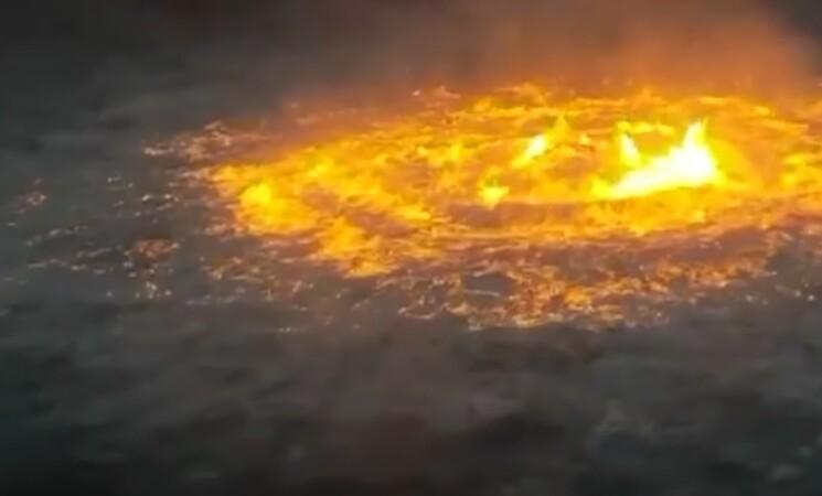 """Messico, si rompe gasdotto, un """"occhio di fuoco"""" in mezzo al mare"""