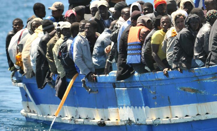 Migranti, Lampedusa scoppia ma l'Europa resta a guardare