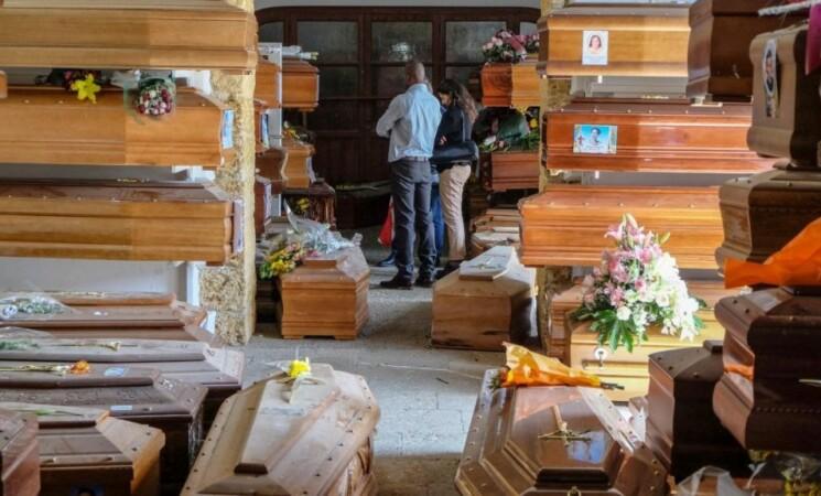 Cimitero dei Rotoli nel caos: l'emergenza diventa sanitaria